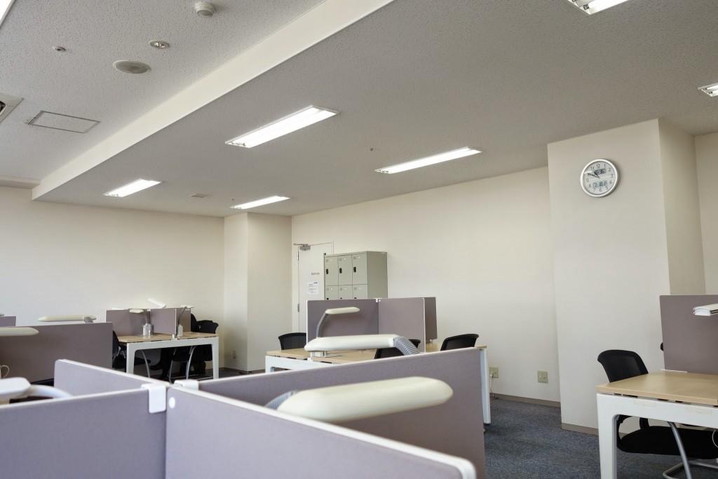 学園都市駅前のコワーキングスペース コミプラ自習室はこんな感じ