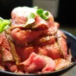 噂のレッドロックで人気メニュー「ローストビーフ丼」を食べてきたのでレビューする