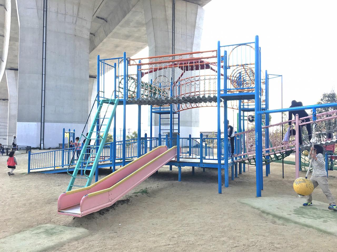 垂水区の名谷あじさい公園は夏場でも日陰ができる無料駐車場完備のいい公園です
